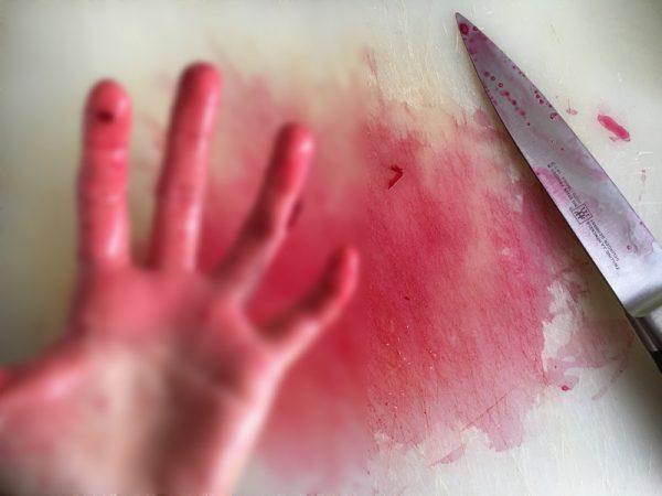 切完甜菜根後的砧板與手