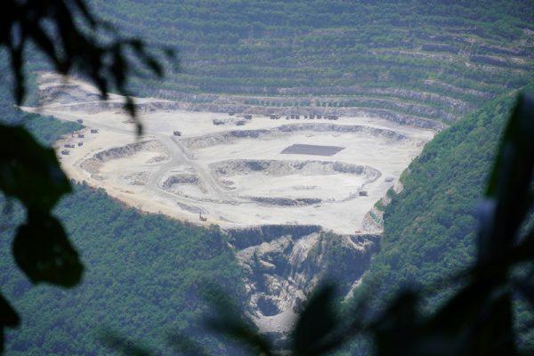 水泥礦坑下 還有原住民部落